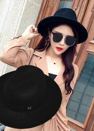Черного цвета шляпка в стиле maison michel