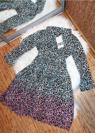 Платье миди в леопардовый принт от зара zara свободного кроя серое розовое бирюзовое