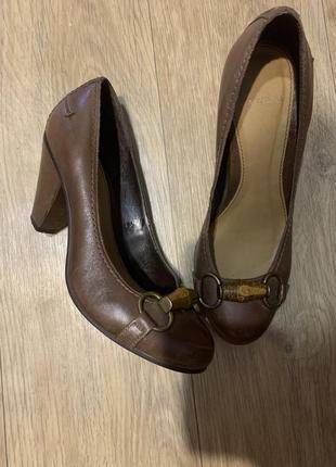 Кожаные туфли с треугольным каблуком