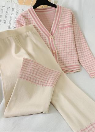 Трикотажный бежевый костюм двойка штаны и кофта
