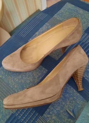 Замшевые туфельки на невысоком каблуке