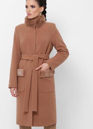 Бежевое пальто с натуральным меховым воротником