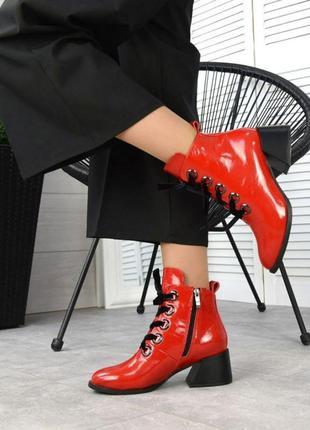 Красные ботинки на удобном каблуке