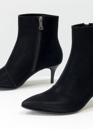 Кожаные женские черные  ботинки на шпильке