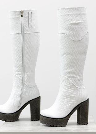 Кожаные белые сапоги питон на удобном каблуке