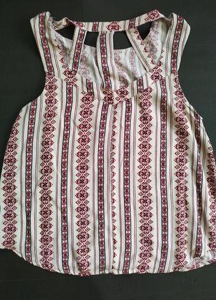 Блузка (майка)  с вышивкой и вырезом сзади