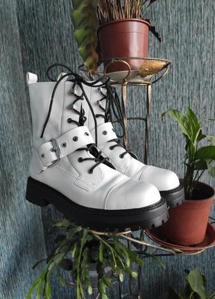 Мега класні чоботи zara білого кольору зі шнурівкою та пряжкою