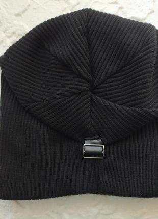Черная шапка с защипом