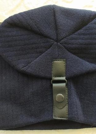 Темно синяя шапка на защипе