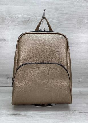 Женский рюкзак в золотистом цвете изготовлен из качественного кожзама