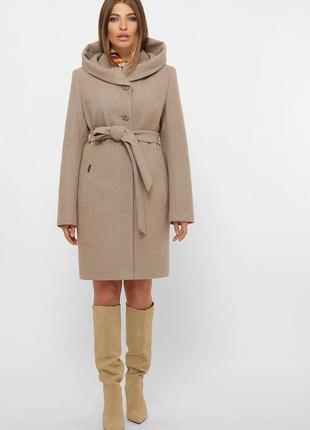 Зимнее бежевое пальто с капюшоном