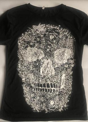 Интересная чёрная футболка с белым принтом