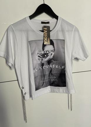 Классная новая  белая укорочённая футболка кроп топ с принтом