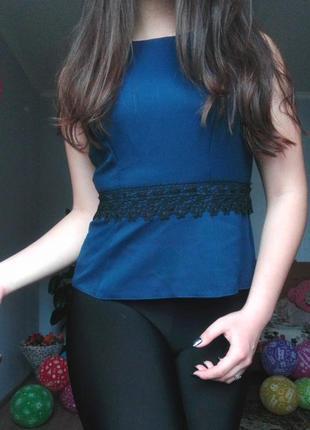Вечерняя повседневная синяя кофта с кружевом баска по фигуре м