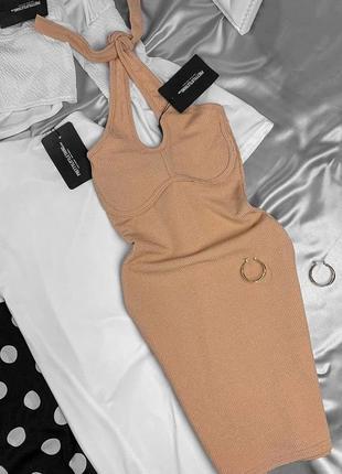 Бежевое мини платье в облипку с завязками на шею