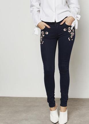 Трендовые джинсы скинни push up с вышивкой mango zara