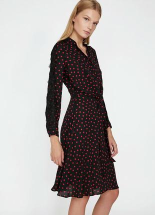 Черное в красный горошек платье koton
