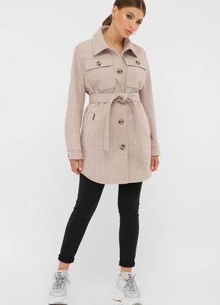 Пудровое пальто в рубашечном стиле