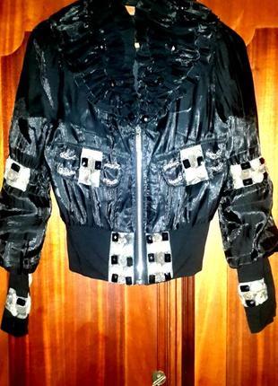 Фирменная куртка на подкладе с карманами