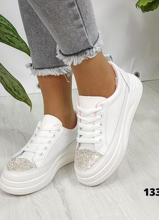 Белые женские кроссовки со стразами на носочках