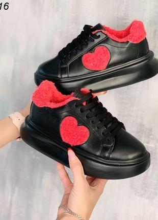 Стильные черные зимние кроссовки с сердечком