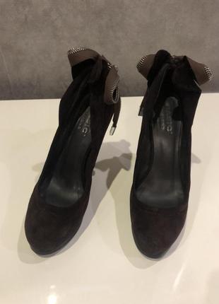 Стильные замшевые туфли с открытыми пальчиками