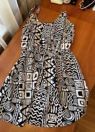 Платье в чёрном-белые геометрические фигуры