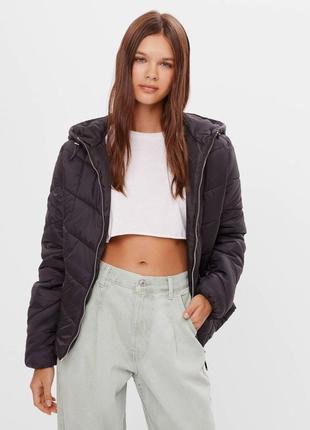 В наличии новая синтепоновая куртка с капюшоном bershka
