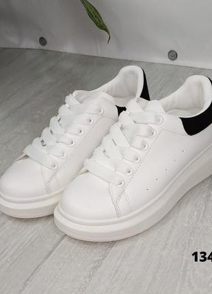 Белые женские кроссовки на шнурках с чёрной пяткой