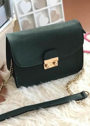 Красивая зеленая сумка на длинной золотистой цепочке