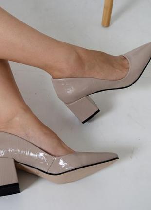 Лодочки туфли из натуральной бежевой лакированной кожи на низком каблуке 6см