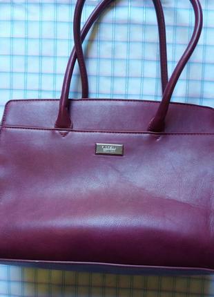 Сумка баклажанного цвета от известного бренда fiorelli