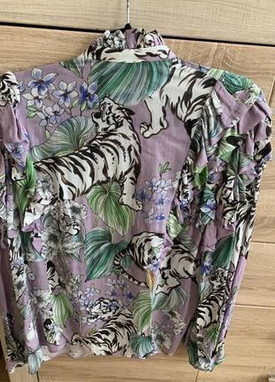 Очень красивая фирменная блузка.