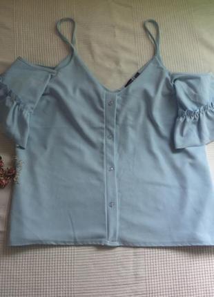 Ніжно блакитна блуза з відкритим плечем