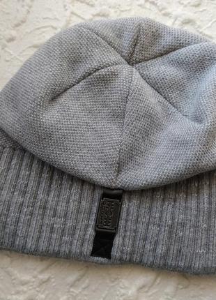 Серая шапка с защипом