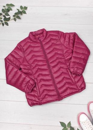Красивая малиновая женская курточка