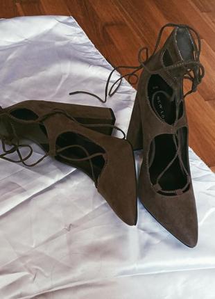 Туфли на шнуровке с острым носом устойчивый каблук