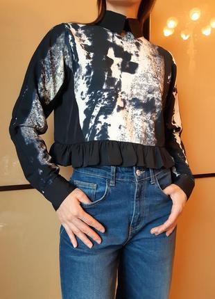 Укороченная блуза с длинным рукавом в принт с оборкой, рюшем