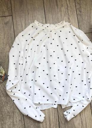 Нежная белая блуза в сердечки и пуговками сзади  ,белая  блузка от bershka