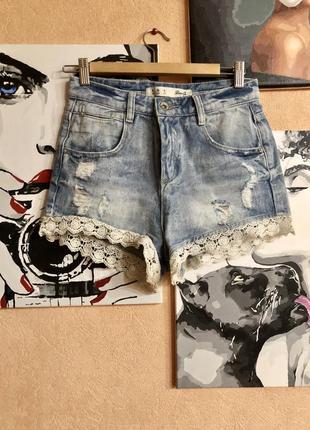 Голубые джинсовые шорты с кружевом