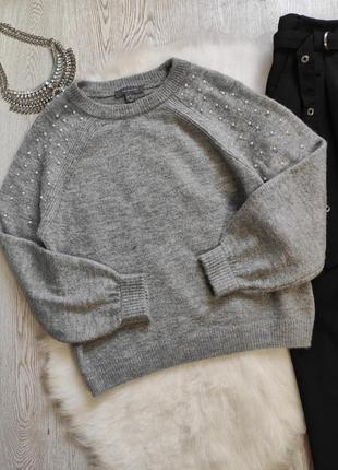 Серый пушистый свитер кофта вязаная с бусинами жемчугом на плечах рукавах
