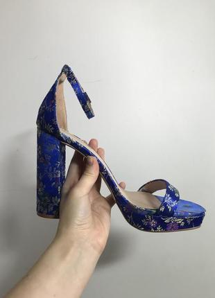 Синие босоножки в цветок на устойчивом каблуке primark