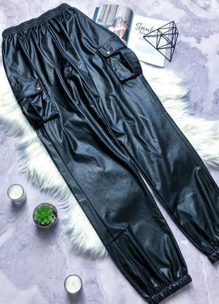 Модные с эко кожи брюки карго. prettylittlething