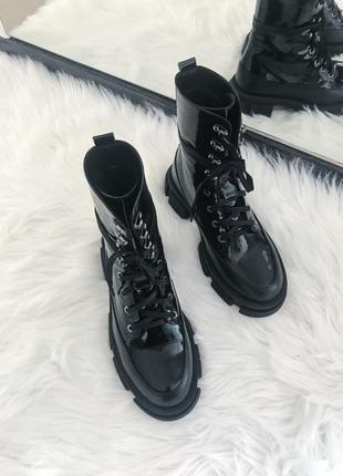 Трендовые осенние лаковые ботинки на шнурках
