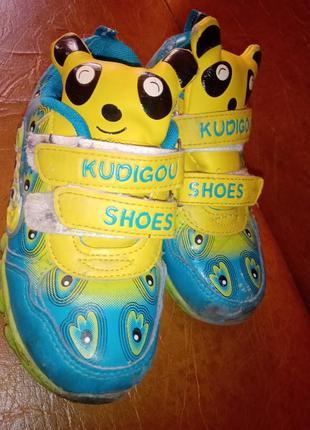 Классные кроссовки с пикачу