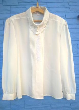 Блуза с обычным воротником - не модно.