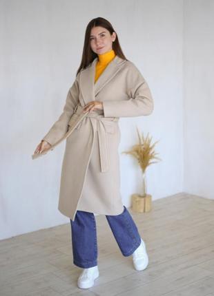 Шерстяное бежевое пальто с поясом на запах