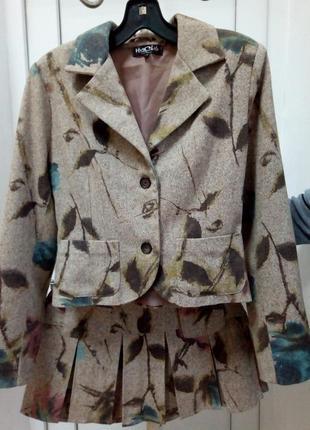 Костюм двойка пиджак и юбка.