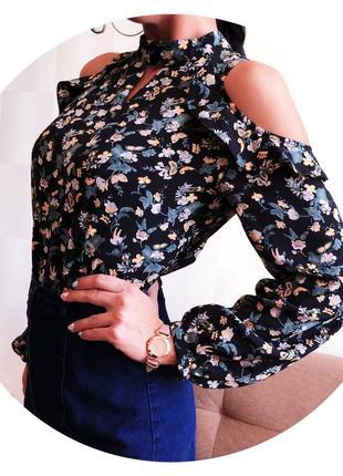 Блуза в цветочный принт с открытыми плечами