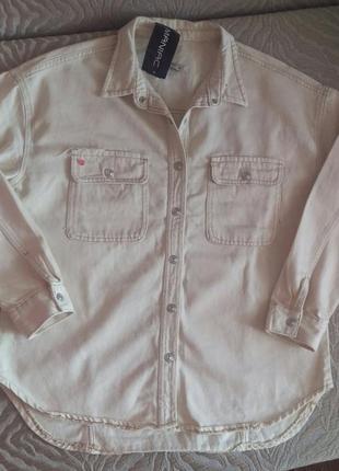 Новая джинсовая рубашка куртка молочного цвета